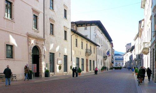 a sinistra l'ingresso della casa-torre Mirana (via Belenzani n°3)