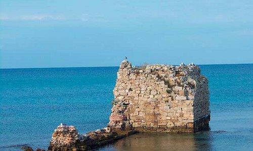 Руины башни на западной стороне Потидеи