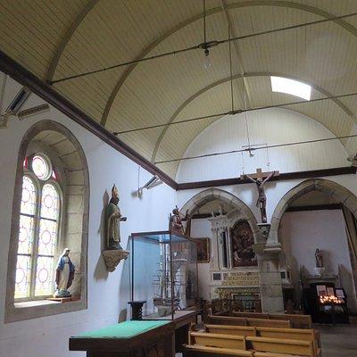 Une église très simple avec une voute en bois. Mais cela vaut un petit détoir