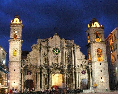Suntuosa y solemne, parece brotar del cielo azul cubano,la catedral y su gran plaza de la habana