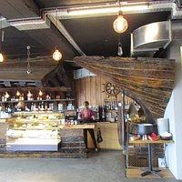 """Vue du café et de l'esclaier intérieur (qui mène au bureau de North Sailing"""")"""