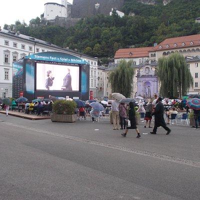 L'enorme schermo, e nonostante piovesse la gente assisteva.