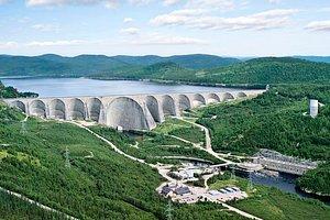 Le barrage Daniel-Johnson et la centrale Manic-5 vus du ciel.