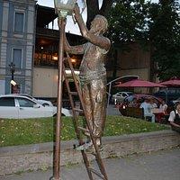 Памятник фонарщику вечером