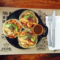 Fridas Mexican Restaurant & Bar.  Estos son los deliciosos tacos Gobernador de camarón!