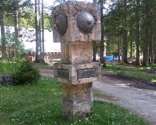 Памятник на берегу Черного озера