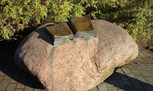 Раскрытая книга на камне