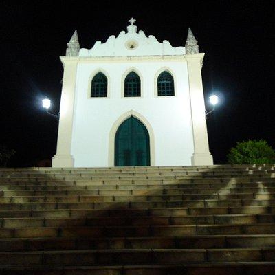Igreja simples, no alto uma bela vista!