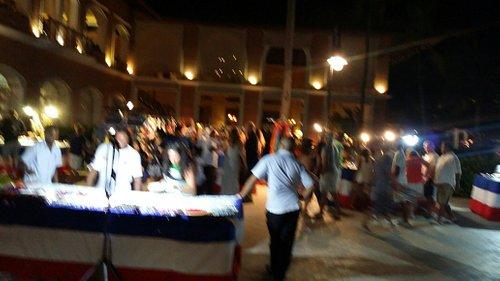 Noche Dominicana en punta blanca mall . 100% dominicanos