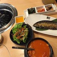 泡菜、沙拉、熱湯、燒魚、白飯,很滿足!
