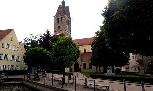 Канал, площадь и колокольня церкви