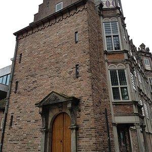 Achterkant dat uitkijkt op het stadhuis