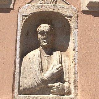 stele romana incastonata nella parete laterale