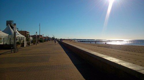 L'esplanade qui longe la plage de Valras