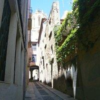 """En el suelo característicos """"palets de riu"""" de las calles más antiguas de Tarragona"""