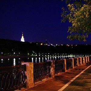 Лужнецкая набережная летней ночью