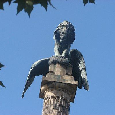 O topo do Monumento aos Heróis da Guerra Peninsular - a força do leão a esmagar a águia, frances