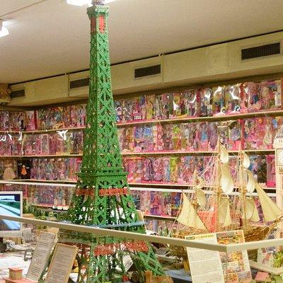 Eiffeltornet byggt i Mecano. I bakgrunden Barbie