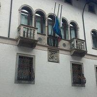 Trifora centrale, balconcini agli estremi e stemma in rilievo