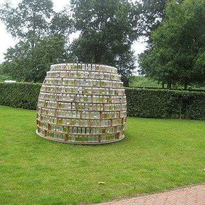 Kunstwerk met honderden potten water in Beeldenpark Anningahof