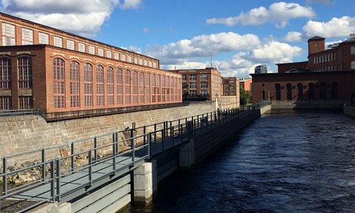 Музей (б.  фабрика) со стороны реки. Отводной канал при закрытом шлюзе. В музее.