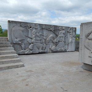 Monument on Griček, Stone sculptures