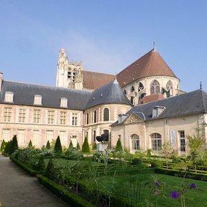 Chevet de la cathédrale St Etienne et palais des archevêques de Sens