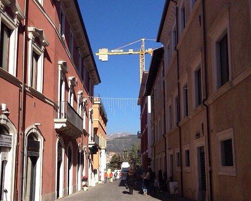 """Il """"Corso stretto"""", in gran parte ricostruito (quanto meno molte  delle facciate), e la Fontana"""