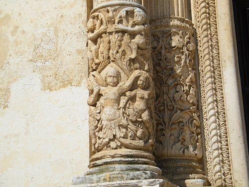 Mesagne-Chiesa Madre di tutti i Santi-Portale,particolare.