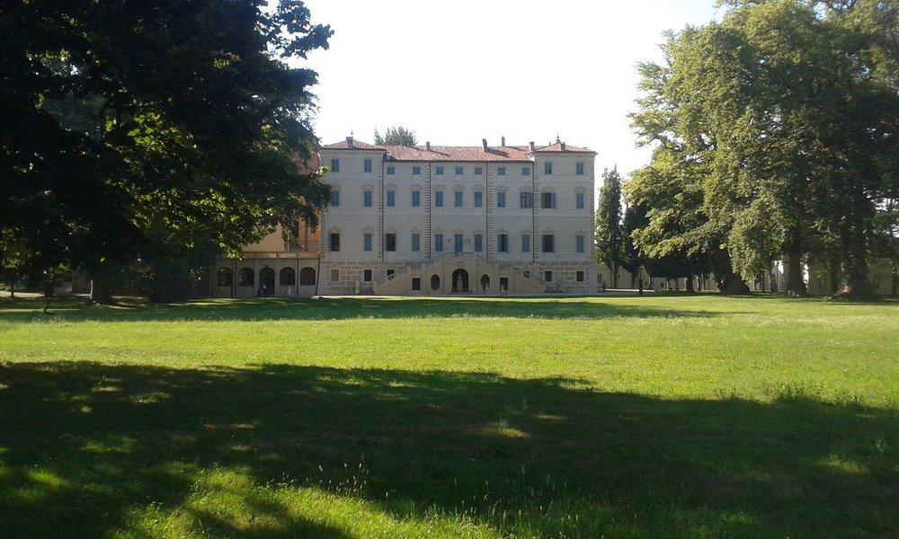 La facciata principale vista dal parco