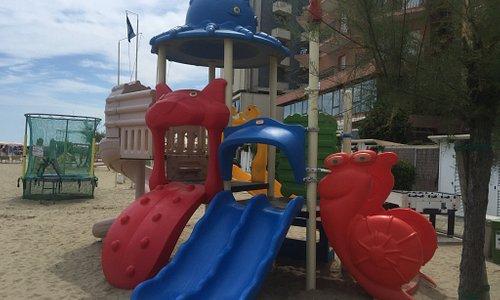Il bagno, i servizi disponibili, la spiaggia e i giochi per i bimbi!