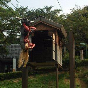 小屋から飛び出る 天狗