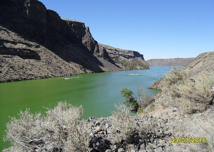 Canyon, volcanisme et eau verte