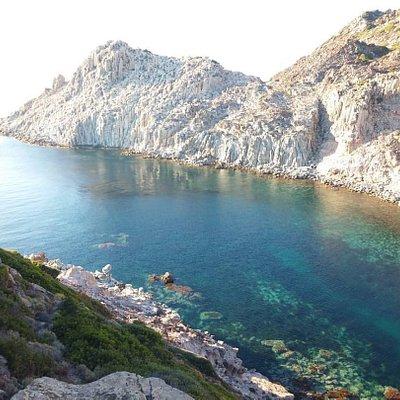 un sentiero parte dal campo base dell'oasi LIPU e raggiunge questo posto panoramico
