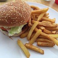 La primera foto es el plato degustación, magnífico. La segunda es la hamburguesa clásica.