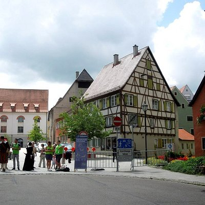 площадь перед башней (справа - пристроечка к башне)