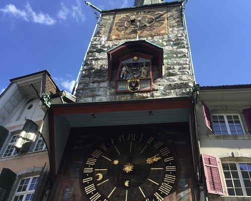 La tour de l'horloge avec son horloge astronomique