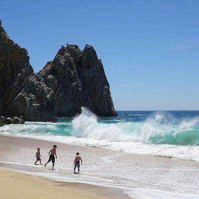 Пляж дикий, волны и течение мощные, купаться опасно