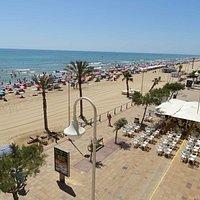 Playa Centro. La plage, le long de mer avec ses restaurants et ses bars.