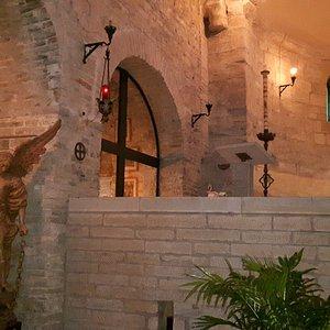dettaglio di altare e statua di San Michele