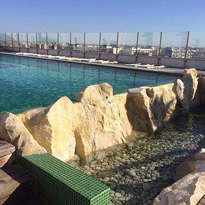 una piscina mozzafiato