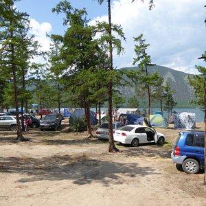 Отдыхающие на берегу озера