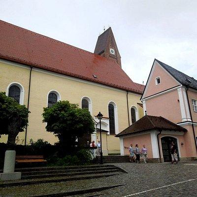 вход с монастырского двора