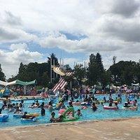 流れるプールやスライダーも完備した公営プール 料金も安く一日中遊んでも飽きないので毎年訪問しています。