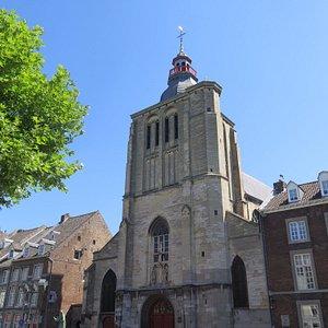 Башня и портал церкви