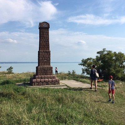 A kilátó melletti Soós János emlék-obeliszk