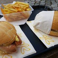 Fantastici panini con wurstel alla piastra, crauti e senape