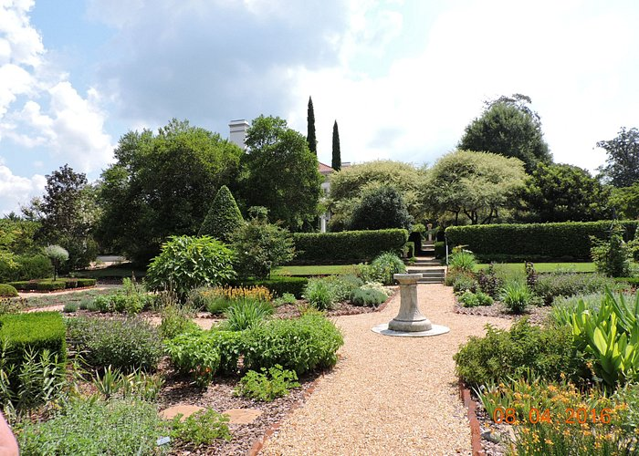 Another beautifully laid-out garden @ Hills & Dales