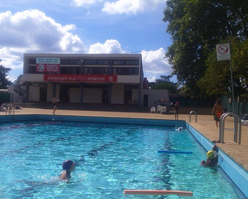 Outdoor swimming pool in Bordeaux