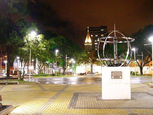 Praça Vidal Ramos visitada a noite